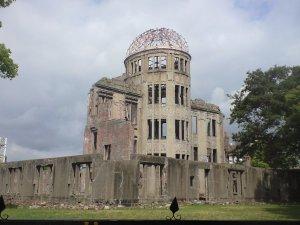 原爆ドーム。かつては広島県産業推奨館として賑わっていたそうだ。初めてバームクーヘンが紹介されたらしい。現在は世界遺産に登録されています。