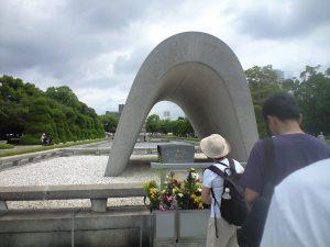 平和記念公園にて。外国人を含め多くの人が並んでいた