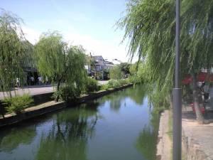 川沿いに柳が植えられている。 九州で例えると柳川の掘割に雰囲気が似ていた。
