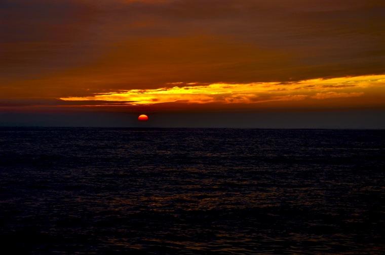 甑島に陽が落ちる。