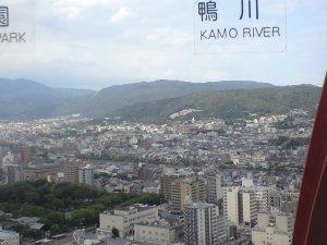 京都タワーから鴨川や銀閣寺方面を望む。左前に三十三間堂が見える。