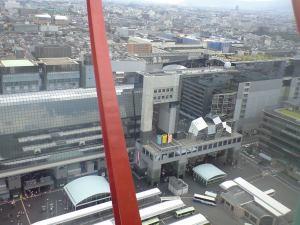 京都駅。ものすごく近代的。