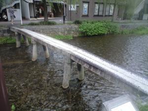 東山地区にて。 銀閣の近くにある小さな川。写っている橋を歩いて渡ることならできそうだ。周囲にはこじゃれた店が多数あった。そういえば銀閣の参道で抹茶味のソフトクリーム食べたなあ。おいしかった。