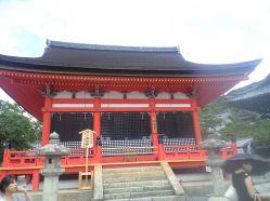 これも重文。田村堂。 田村麻呂夫妻や行叡、延鎮 の像が安置されている。