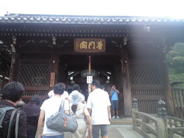 轟門。 多くの観光客が並んでいる。 この先に本堂があるはず。