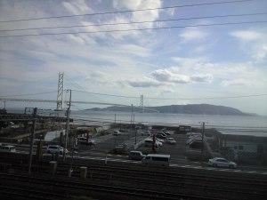 山陽本線の車内から。明石海峡大橋と淡路島を望む。
